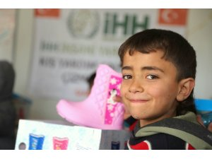 Suriye'de çocukların yüzü çizmelerle güldü