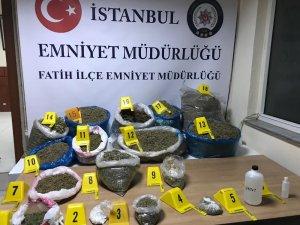 Fatih'te oğlunun sattığı uyuşturucuları evinde saklayan kadın gözaltına alındı