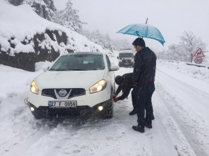 Kar ile kaplanan yollar sürücülere zor anlar yaşatıyor
