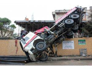 Kadıköy'de inşaat çalışması sırasında vinç devrildi