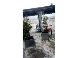 Göl taştı, işletmeler su altında kaldı