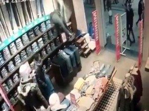 İstanbul'da hırsızın film sahnelerini aratmayan kaçışı kamerada