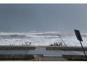 Kumluca'da dev dalgalar sahili dövdü
