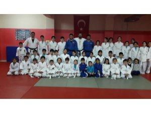 Milli judocular Bigadiç'te genç judoculara eğitim verdi