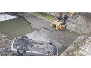 Zeytinburnu'nda kontrolden çıkan otomobil dereye uçtu: 1 yaralı
