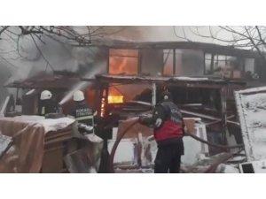 Karamürsel'de ahşap bina alev alev yandı