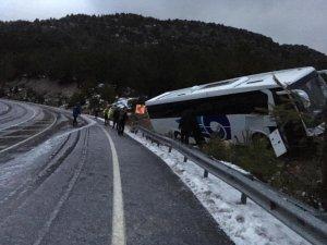 Antalya'da yolcu otobüsü yoldan çıktı