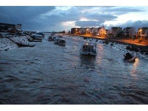 Antalya Kumluca'da fırtına sera yıktı, tekne batırdı