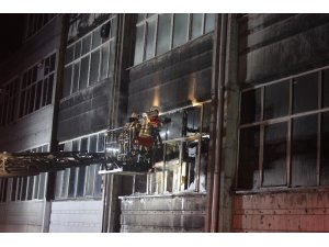 Bayrampaşa'da plastik hammadde üreten iş yerinde korkutan yangın