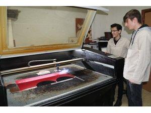 Kendilerinin ürettiği kumbaralarla Yemen için yardım topluyorlar