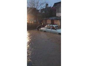 Göle dönen yolda mahsur kalan otomobil kepçeyle kurtarıldı