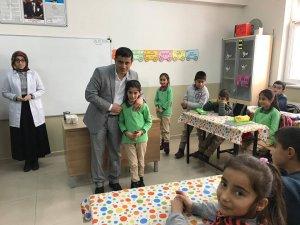 Kaymakam Mehmetbeyoğlu, başarılı öğrenciyi bisikletle ödüllendirdi