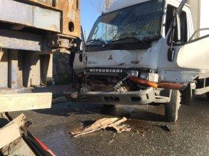 Buzlanan yolda kamyon park halindeki tıra çarptı