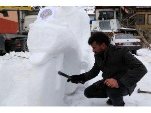Kerata ile kardan heykeller yapıyor