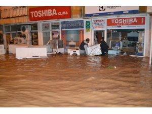 Sini Çayı taştı ev ve işyerleri sular altında kaldı