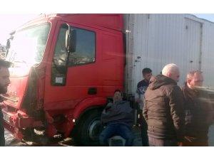 Kamyonet ile kamyon kafa kafaya çarpıştı