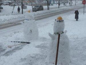 Esnaflar hem kar temizledi hem de kardan adam yaptı