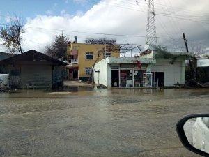 Kozan'da aşırı yağış sele neden oldu
