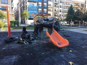 Çocuk parkında alevler yükseldi, soğuk hava faciayı önledi