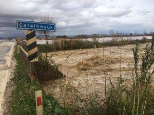 Kadirli-Ceyhan yolu sel nedeniyle trafiğe kapatıldı