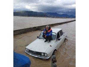 Otomobilinin üzerine çıkıp kurtarılmayı bekledi