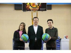 Merkezefendi'de 8. sınıf çocuklarına 5 bin basketbol topu dağıtıldı