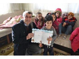 Okula gidemeyen minik Zeynep'e moral karnesi