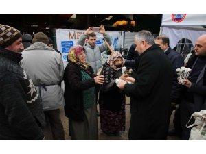 Başkan Kılıç, pazar yerinde bez çanta dağıttı