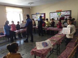 Bitlis polisi, öğrencilerin karne heyecanına ortak oldu