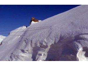 Elektrik direkleri 7 metreyi bulan karın altında kayboldu