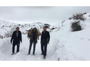 Keçisini 2 kilometre sırtında taşıdı