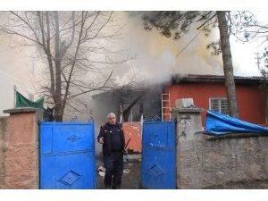 Erzincan'da yangın 5 kişilik aileyi evsiz bıraktı