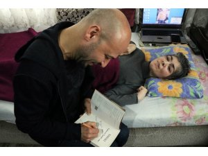 Yazar Kahraman Tazeoğlu, işaret parmağıyla kitap yazan Türeyen'i ziyaret etti