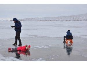 Hayatlarında ilk kez buz gören çocuklar ne yapacağını şaşırdı