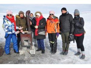 Donan Çıldır Gölü üzerinde ısınmak için soba yaktılar