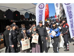Polisler kamu spotlu bez çanta dağıttı