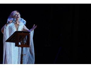 Emel Sayın ilk kez sahnede seslendirdi, gözyaşlarını tutamadı