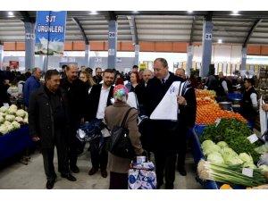Başkan Işık, Kapalı Pazaryeri'nde bez torba dağıttı