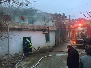 84 yaşındaki kadını yangından itfaiye kurtardı