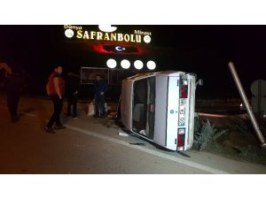 Kaldırıma çarpan otomobil takla attı: 2 yaralı