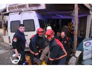 Otomobile arkadan çarpan servis minibüsü lokantaya girdi: 12 yaralı
