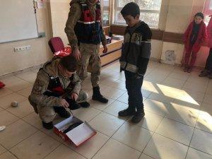 Jandarmadan öğrencilere bot ve ayakkabı hediyesi