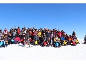 Çocuklar, kayak merkezinde eğlendi