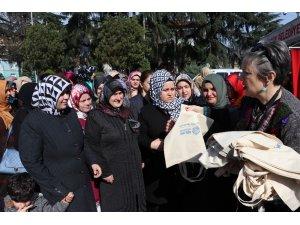 Kocaeli'de kadınlar 10 bin bez torba üretmek için meydanda buluştu