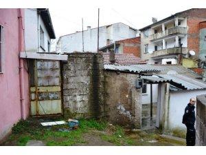 Biga'da eve giren iki kişi mutfak eşyalarını çaldı
