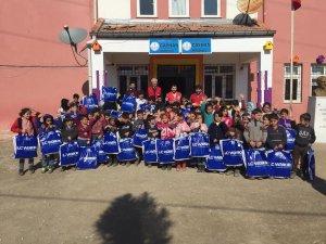 Kızılay köy okulunda öğrencileri giydirdi
