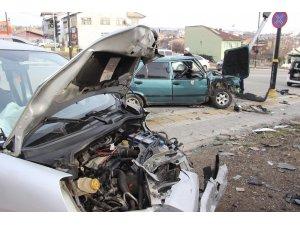 Sivas'ta otomobil ile hafif ticari araç çarpıştı: 3 yaralı