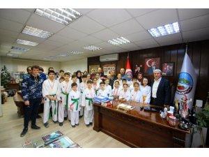 Başkan Şahin, minik karatecileri makamında ağırladı