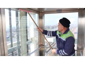 Yaya köprülerindeki asansörler temizleniyor