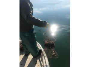 Eğirdir Gölünde 340 kerevit sepetine el konuldu